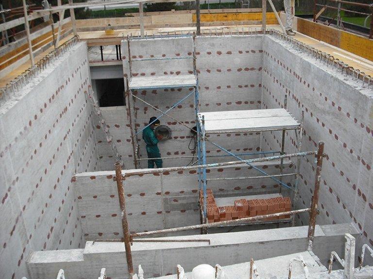 Operaio costruisce fondamenta