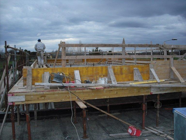 Operaio su tetto in costruzione