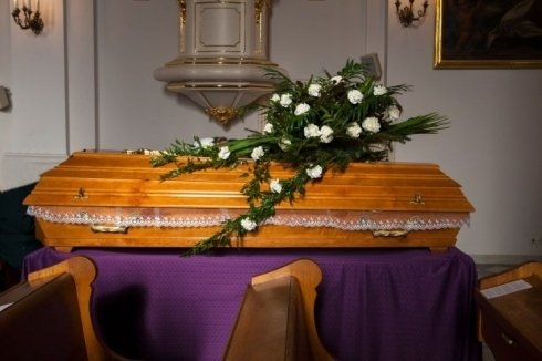 bara funebre con fiori appoggiati sopra