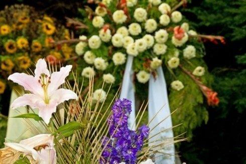 corona e fiori per funerali