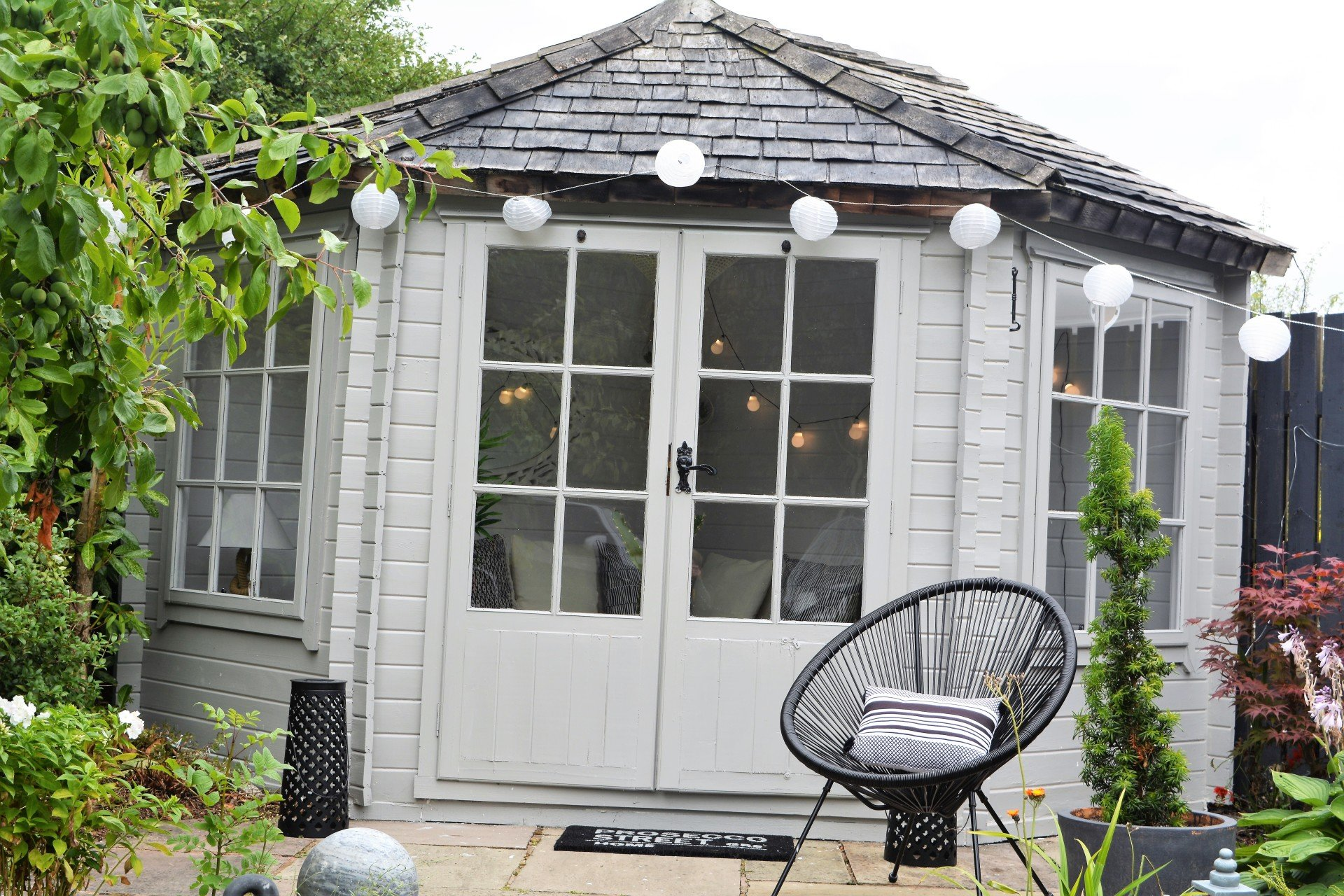 Summerhouse / Garden room Makeover on annie sloan paint, crown paint, ralph lauren paint, dulux paint,