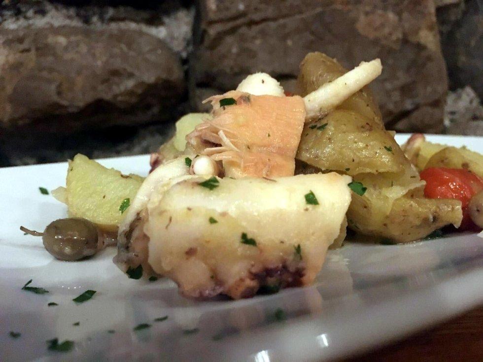 Polpo con patate, olive taggiasche e pomodorini