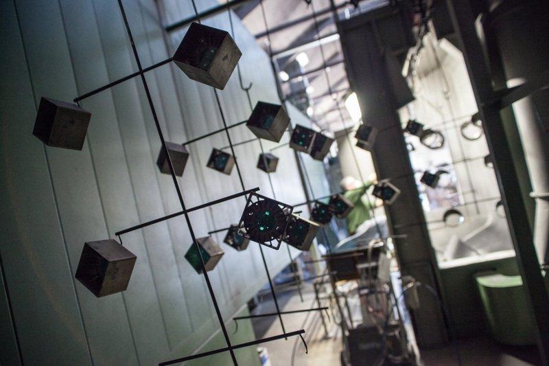 cubi su una struttura di ferro