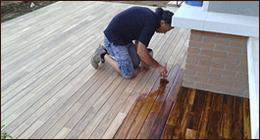 posa di pavimento in legno per balconata