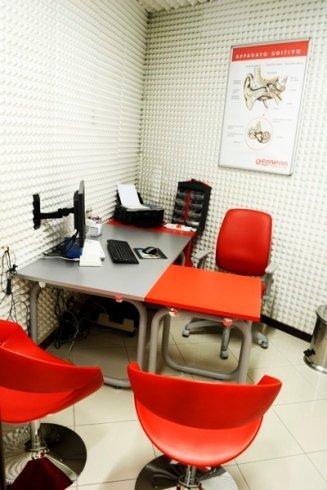 Il centro dispone di moderne strumentazioni per la prova dell'udito.