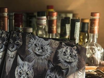 assortimento di vini e liquori e foto di fatti davanti alle bottiglie
