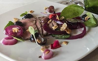 Roast-beef di cinghiale, cipolla rossa di Tropea in agrodolce, spinacino, uva e mandorle tostate
