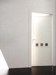 porta bianca socchiusa