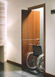 porta marrone con sedia a rotelle