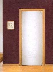 porta bianca con cornice marrone