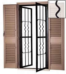 grate a una finestra con persiane aperte