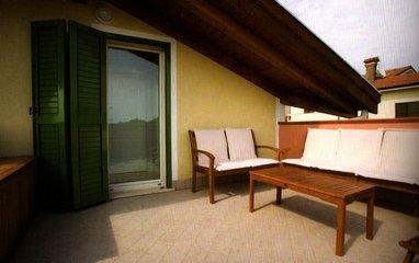 terrazza con divano e poltrone