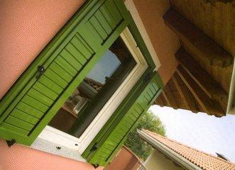 finestra con persiane verdi