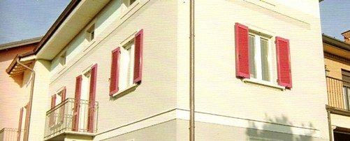 angolo di un edificio con due finestre
