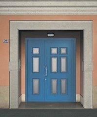porta azzurra con vetro