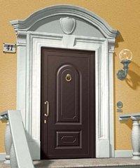 porta da esterno marrone con parete gialla