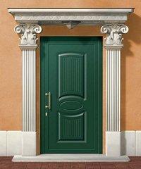 porta da esterno verde con a fianco due colonne