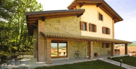 villa indipendente con muri in pietra