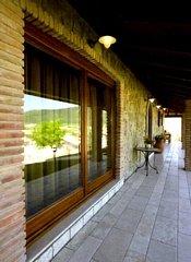 corridoio con finestra in vetro e cornice in legno