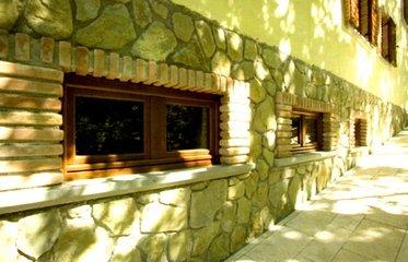 finestra dentro una parete in pietra