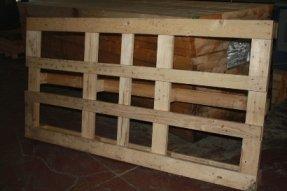 una gabbia in legno