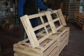 un uomo con in mano una gabbia in legno