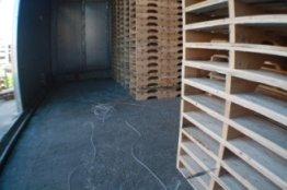 dei bancali in un magazzino