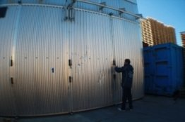un uomo vicino a un grosso magazzino container