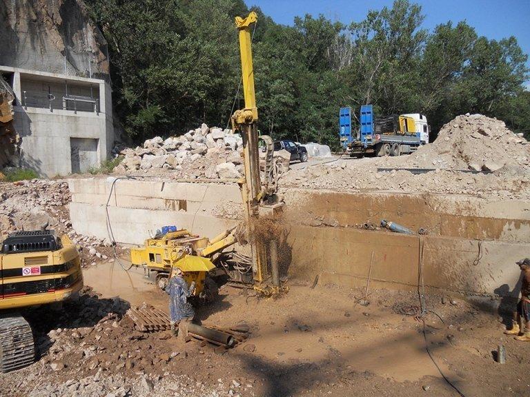 Un cantiere e un macchinario con una perforatrice in azione