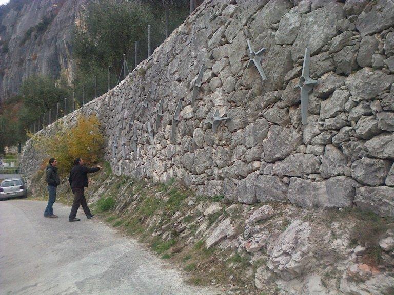 due uomini accanto un muro in rocce