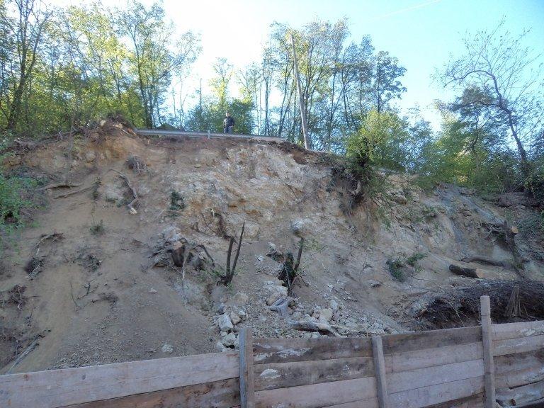 La parete rocciosa e un uomo in alto vicino a un guard rail