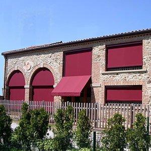 Tende da sole rosse su parete di edificio