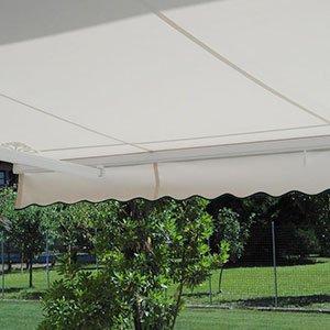 una tenda da esterno color panna e di fronte la vista di un prato con degli alberi