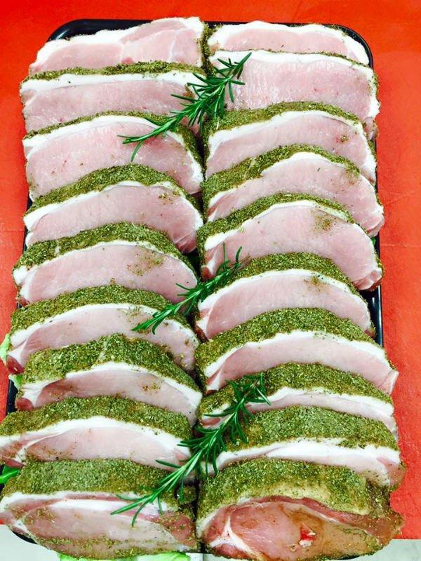 delle fette di carne con aromi
