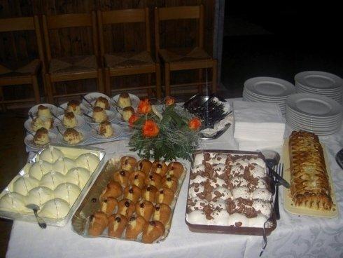 dolci con cioccolato , babà ripieni di crema e tiramisù, dessert artigianali