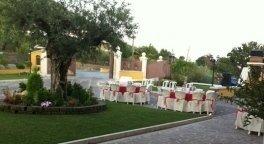 ristorante con giardino, tavoli esterni, pranzo all'aperto