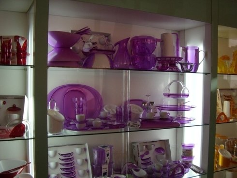 Servizio misto porcellana bianca e plastica viola.