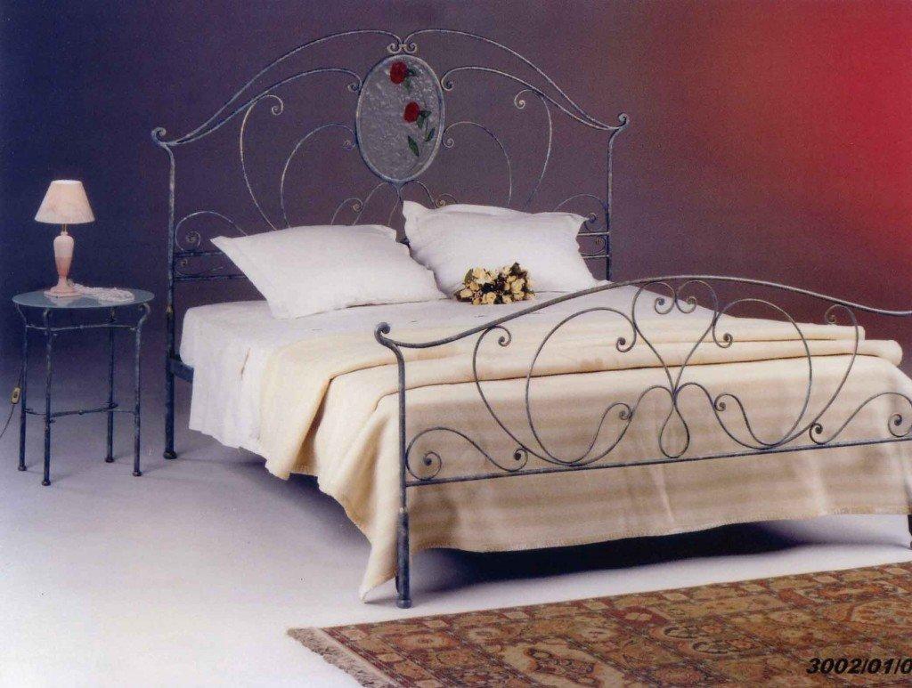 letto con comodino e lampada