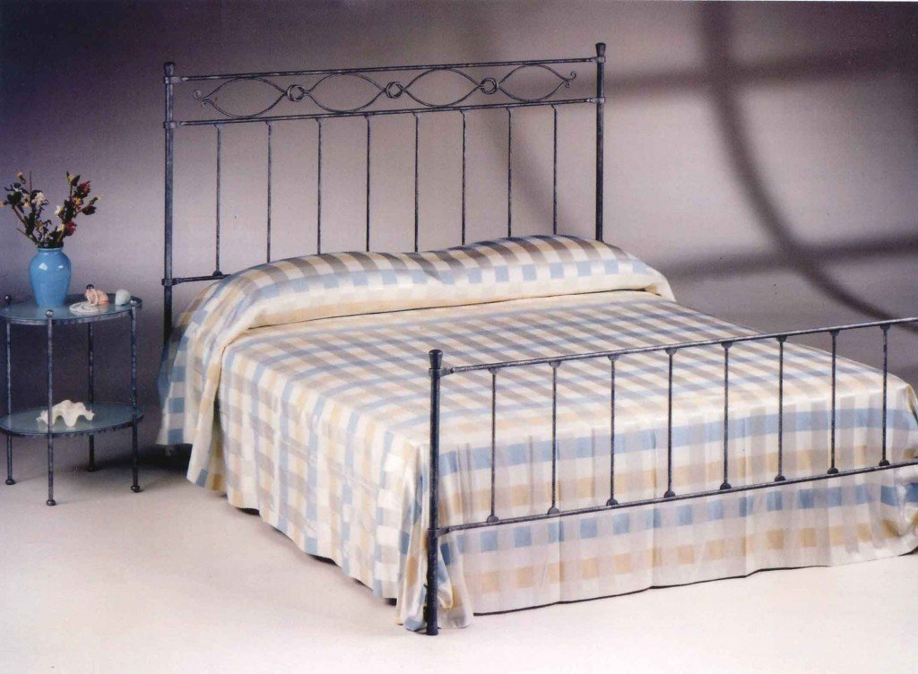 letto con lenzuola decorate