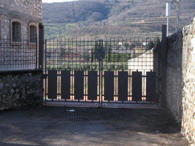 vista frontale di un cancello