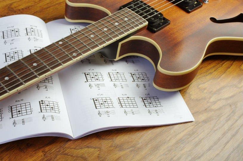 chitarra elettrica e spartito
