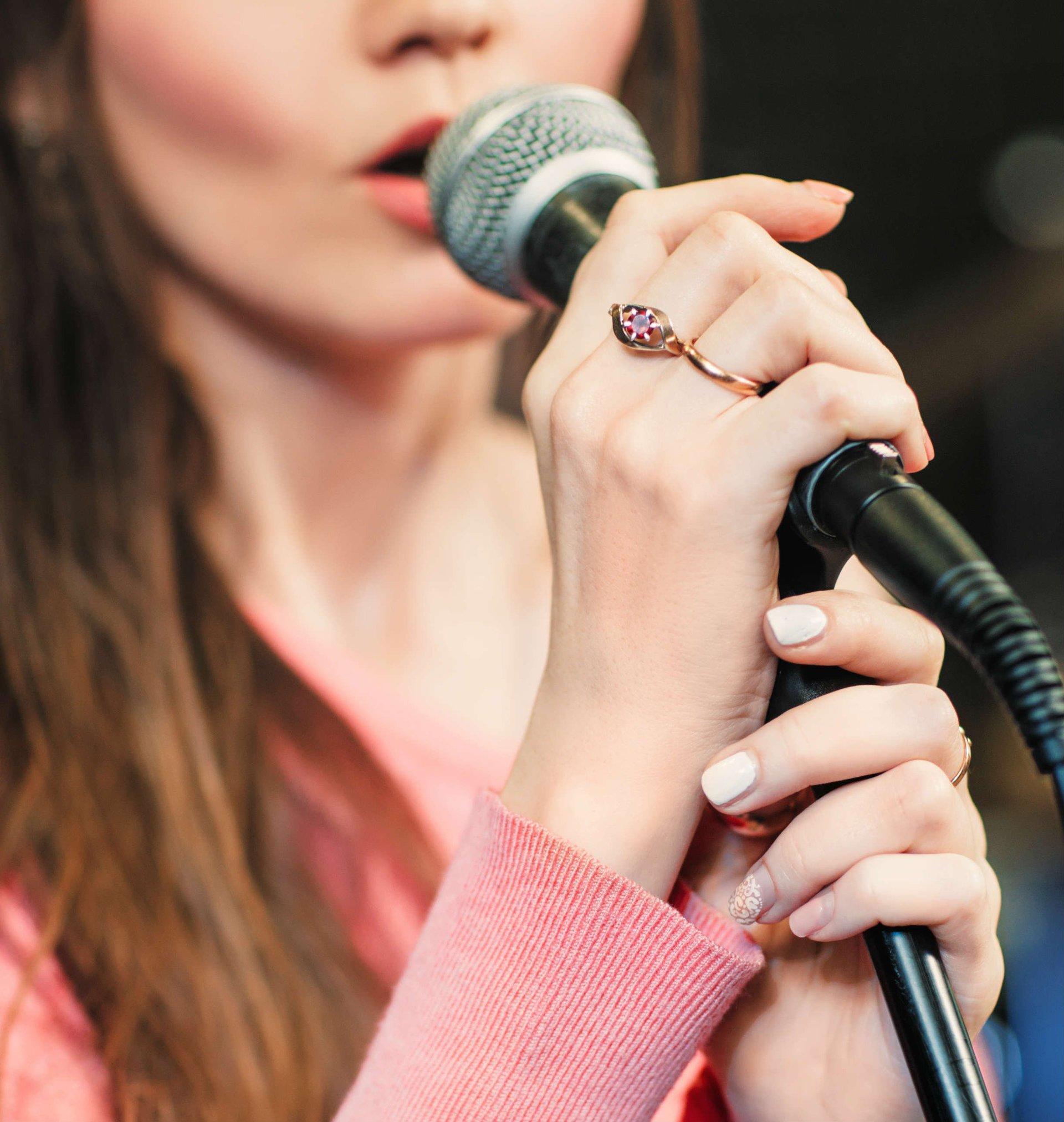 giovane donna che canta