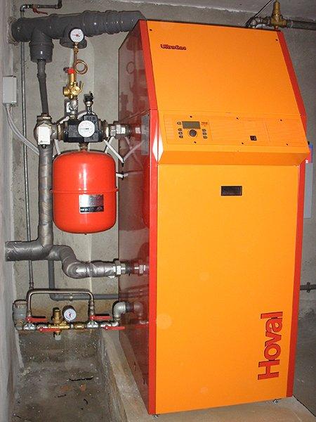 un impianto con un bombola rossa,una valvola e sulla destra una postazione di color arancione con scritto Hoval