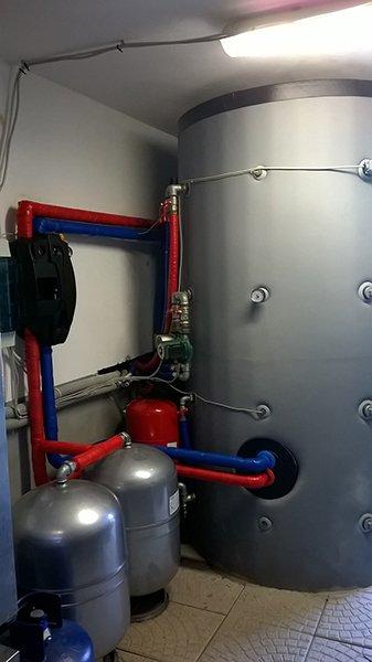 un impianto con delle bombole grigie e tubature blu e rosse