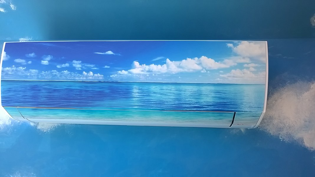 un condizionatore aerografato con un tema del mare e del cielo con le nuvole
