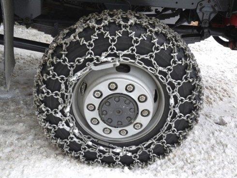 pneumatico con catene da neve