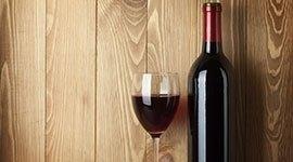 una bottiglia e un bicchiere di vino rosso