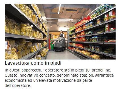 un uomo con una lavasciuga in una corsia di un supermercato