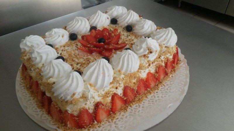 una torta alle fragole e frutti di bosco