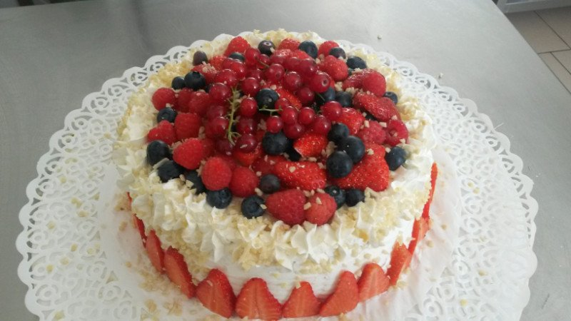 una torta farcita con frutti di bosco